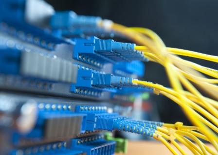 Bild på kablar kopplade till en server