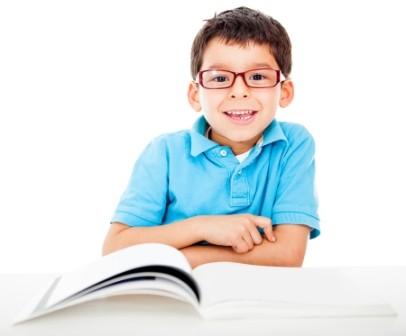 Glad pojke som läsar